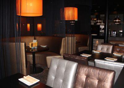Stoelen, tafel en lampen